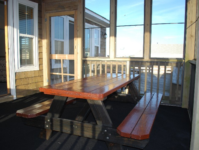 3rd Floor: Screened Patio - Picnic Table