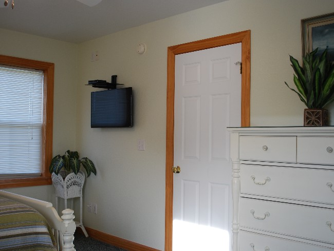 1st Floor: Bedroom 2 - Cable TV & Netflix